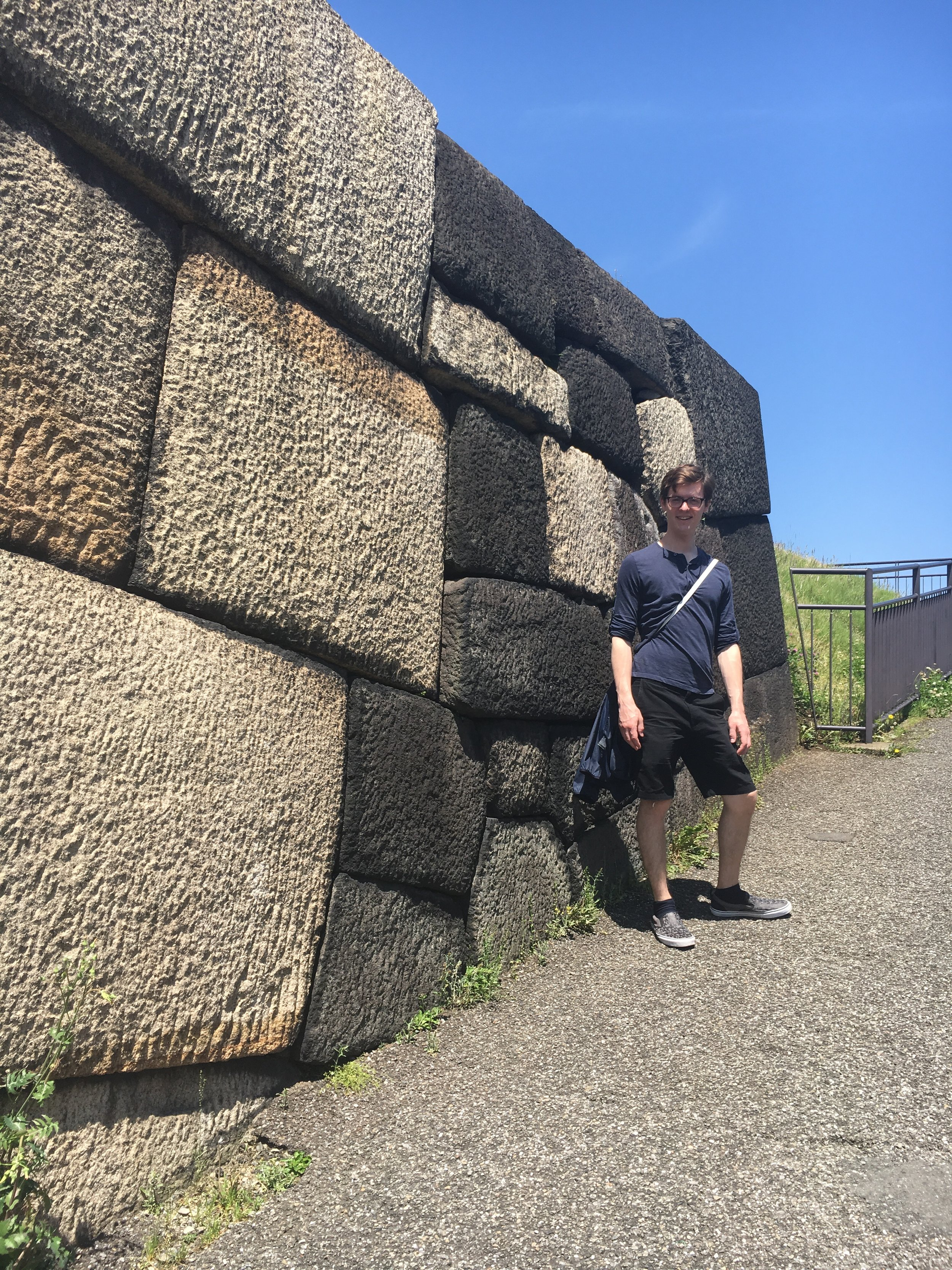 Michael next to one of the walls of the previous donjon.
