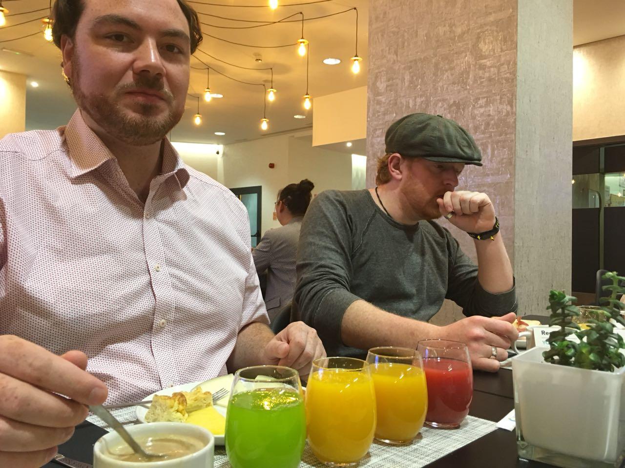 Frühstück mit sehr interessanten Säften   Breakfast with interesting juices