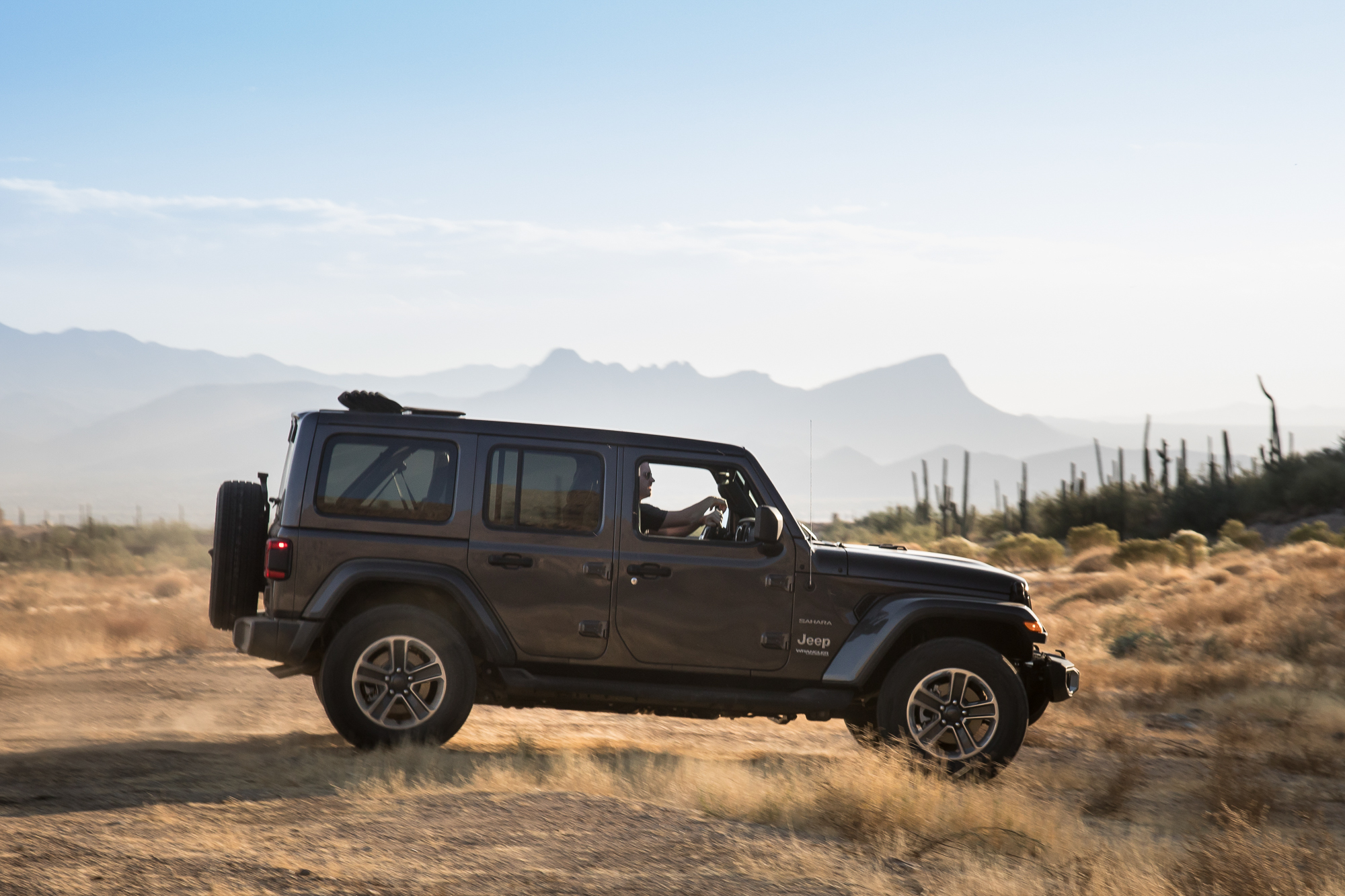 03-jeep-wrangler-2018-dynamic-exterior-grey-profile.jpg