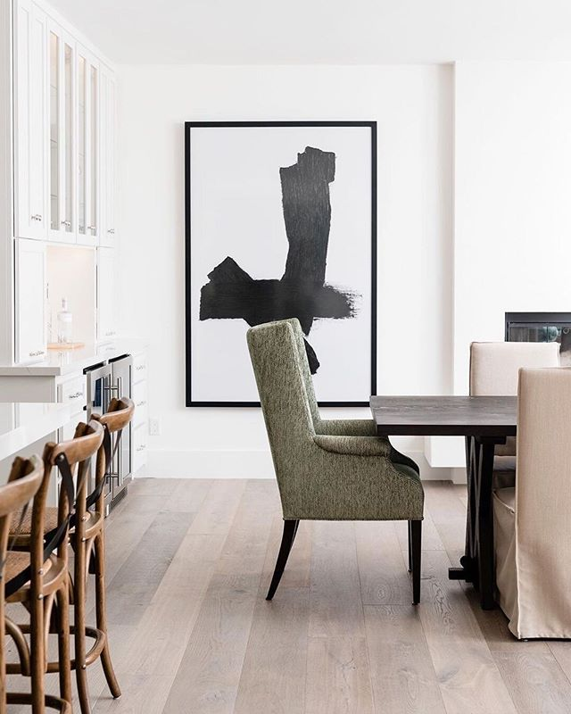 Loved the contrasts in this dining space image that's floating around the Gram and then quickly realized it's a CFC @noirfurniture table—honestly the entire look can be achieved using Zoe Bios, Arteriors, Charter Street, and many other brands we cover. ONE. STOP. SHOP! @marketplacefordesign
