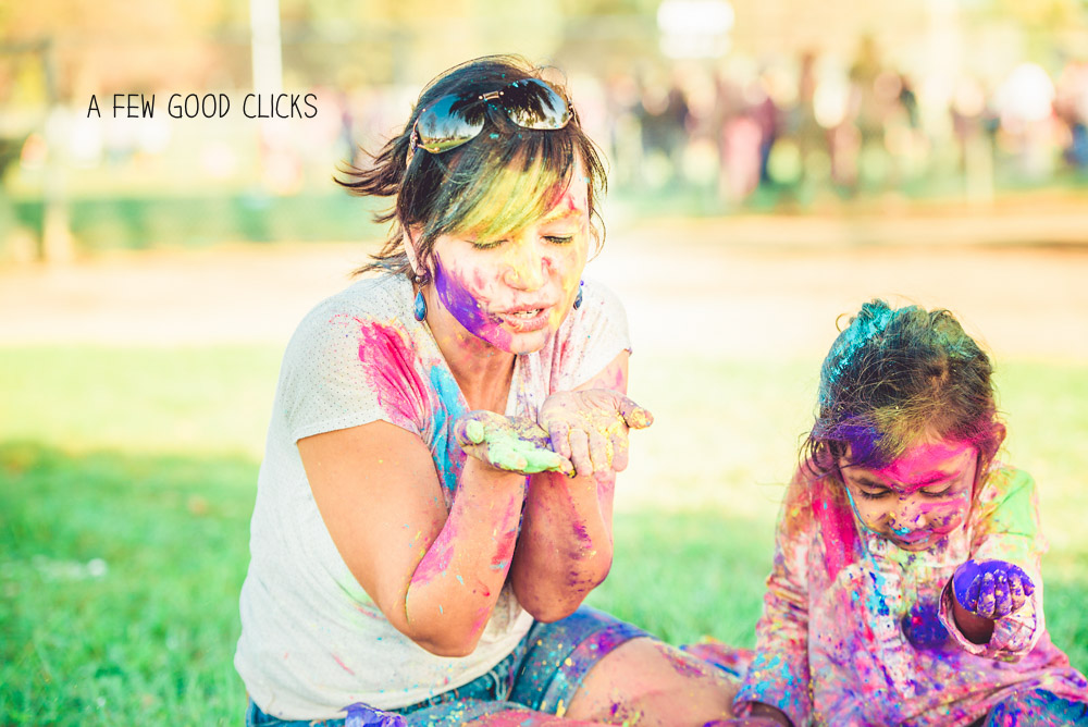 cute-family-picture-ideas-use-holi-colours-photoshoot-by-afewgoodclicks.net