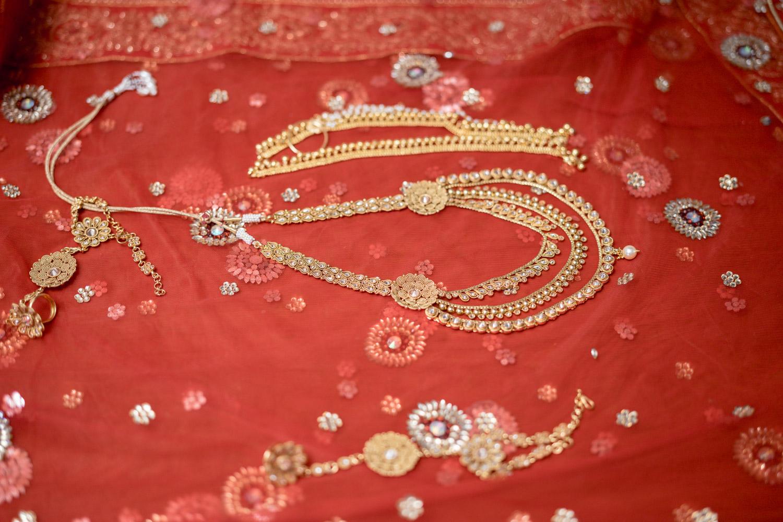 Pretty gold jewellery for the bride.