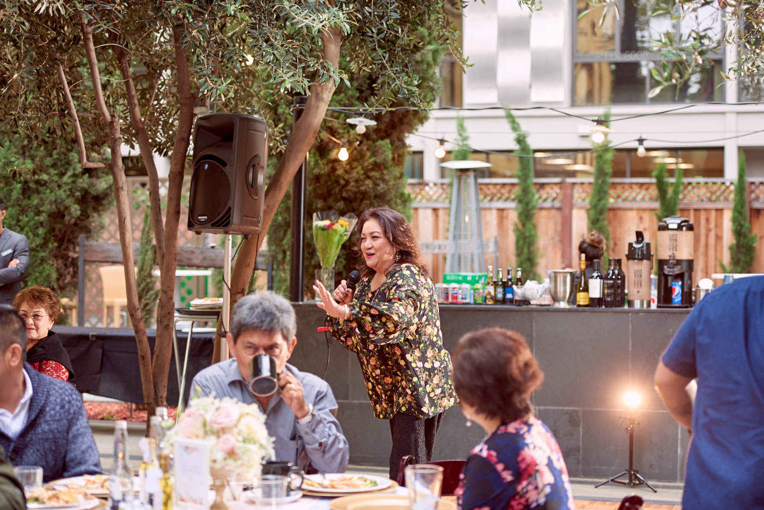 singing-at-60th-birthday-party-photography-by-a-few-good-clicks