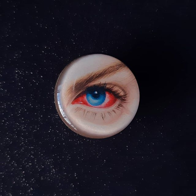 ICU 👁 @rip.pierrebarbrel 👁 broche/brooch 🖌 aquarela/watercolor, 3cm.  #miniatureportrait#eyeportrait#loverseye#retratoemaquarela#wearableart#artjewelry#queerartists#eyejewelry#handpaintedjewelry#illuminati#aquarela#watercolor#etsy#instaetsy#watercolorminiature#miniaturepainting#watercolorportrait#gayparisien