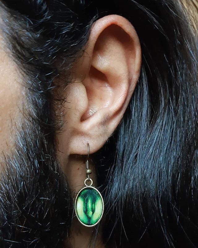 PT-BR • Brinco 🍆 em verde, aquarela de 1,5x2cm. Modelo @iurilis 🍆 . EN • #paintedearring of @iurilis in green 🍆 watercolor, 1.5x2cm. . #goguyexpress#handpaintedjewelry#artjewelry#maleanatomy#miniatureportrait#handpaintedjewelry#artjewelry#wearableart#paintedjewelry#eroticart#homoerotic#homoart#gayart#queerart#artegay#eroticillustration#homoeroticart#maleart#malenude#wearableart#pingente#pendant#paintedpendant#adultart#miniaturepainting#miniaturewatercolor