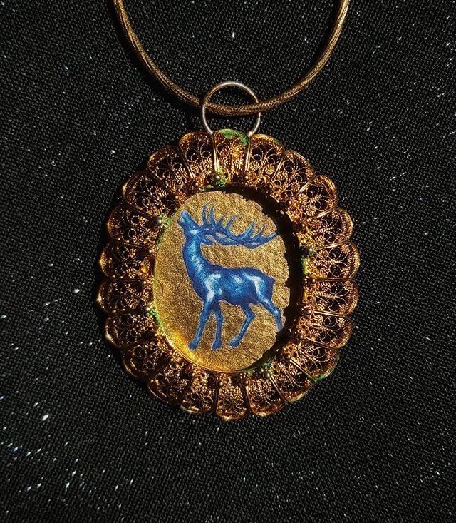 PT-BR • Pingente @vdeviadao 🦌✨ Aquarela e tinta dourada em armação de prata de lei 🦌✨ EN • Deer pendant, watercolor and gold paint, framed in a vintage sterling silver pendant 🦌✨