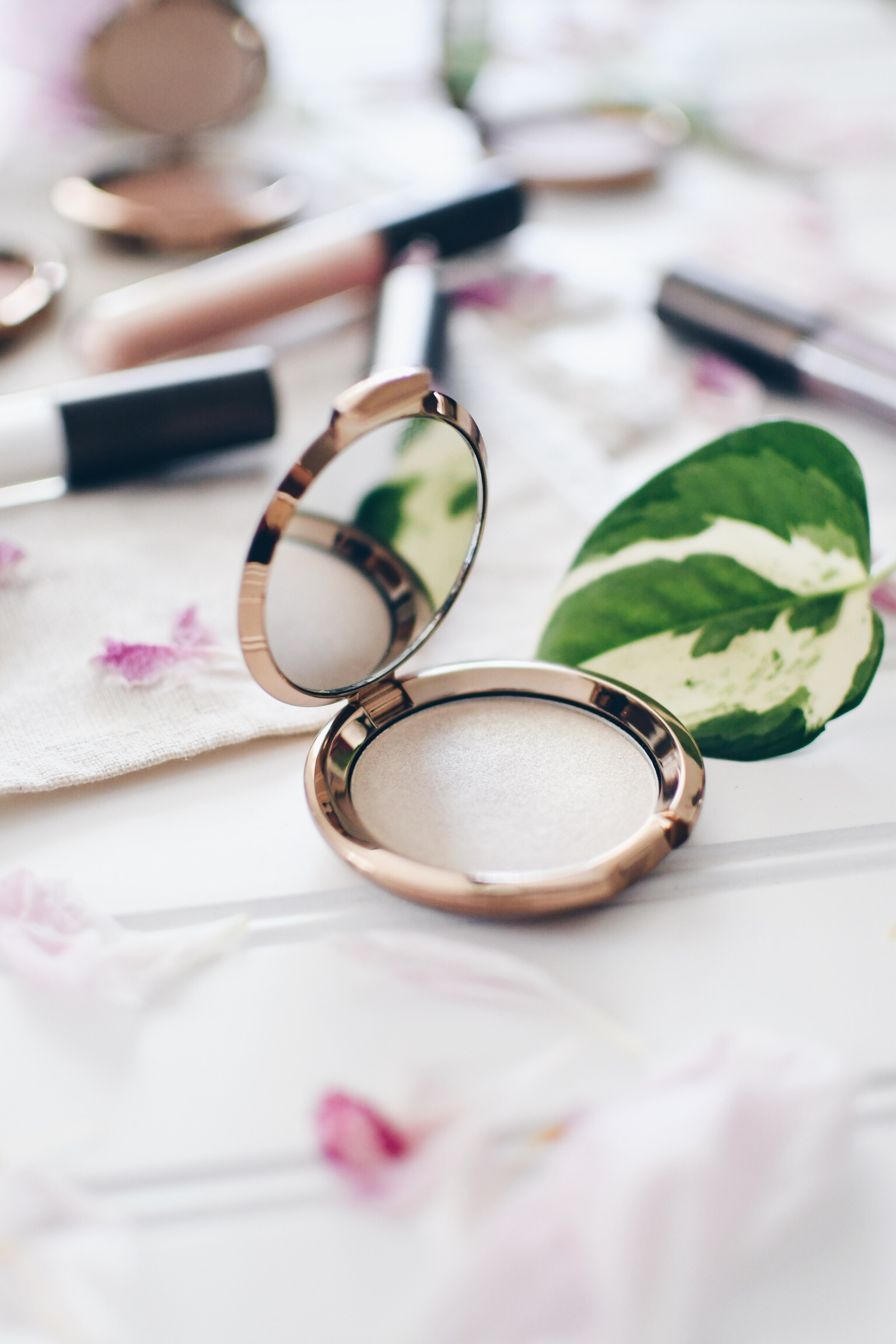 Becca Cosmetics Light Chaser Highlighter Pearl Flashes Gold