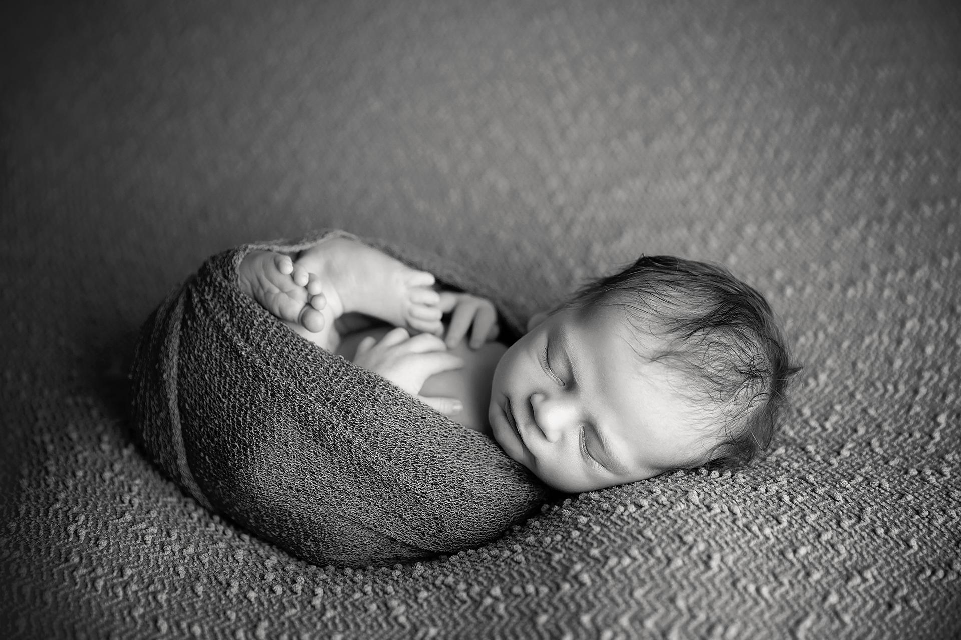 SeamusNewbornPhotos-5Black&White.jpg