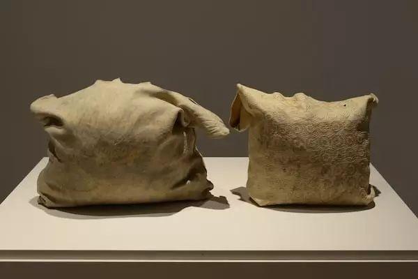 ▲  Jordan Bennett 作品《Artifact Bags》,2013-2015年,图片来源:Museum of Capitalis