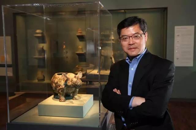 """▲  许杰与""""小臣艅犀尊"""",小臣艅犀尊是以犀牛为造型的商代青铜器中历史最久远的一件,其腹内铸刻的27字铭文记录了当年一段商王征伐夷方的历史,图片来源:Asian Art Museum"""
