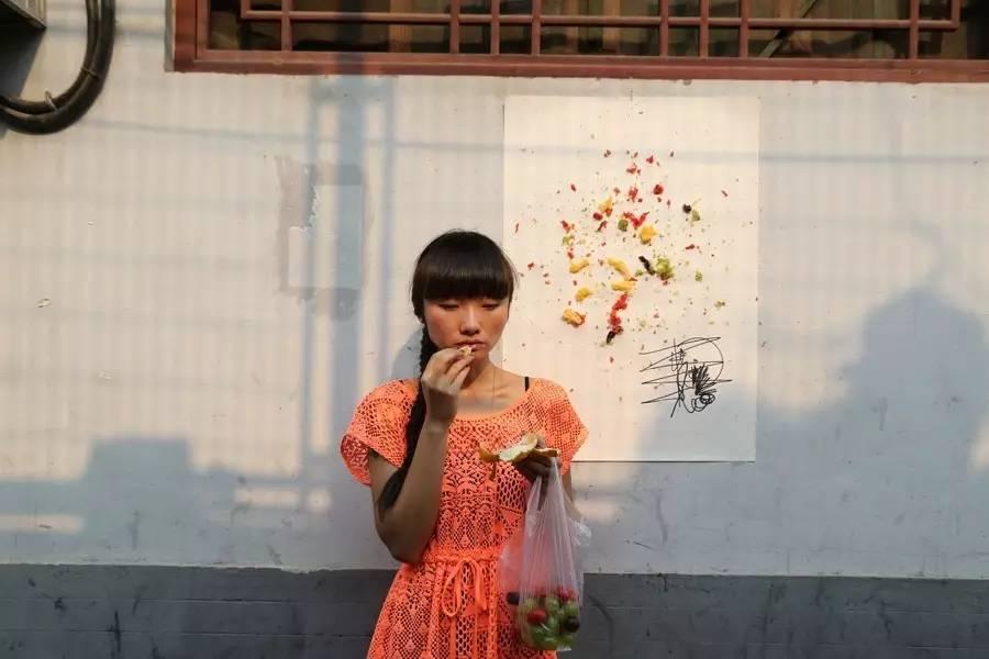 """▲  方璐作品《恋爱的人就是艺术家-第一部》曾在2015年""""中华廿八人""""中展出,四频录像装置,2012年,图片版权归艺术家本人所有"""