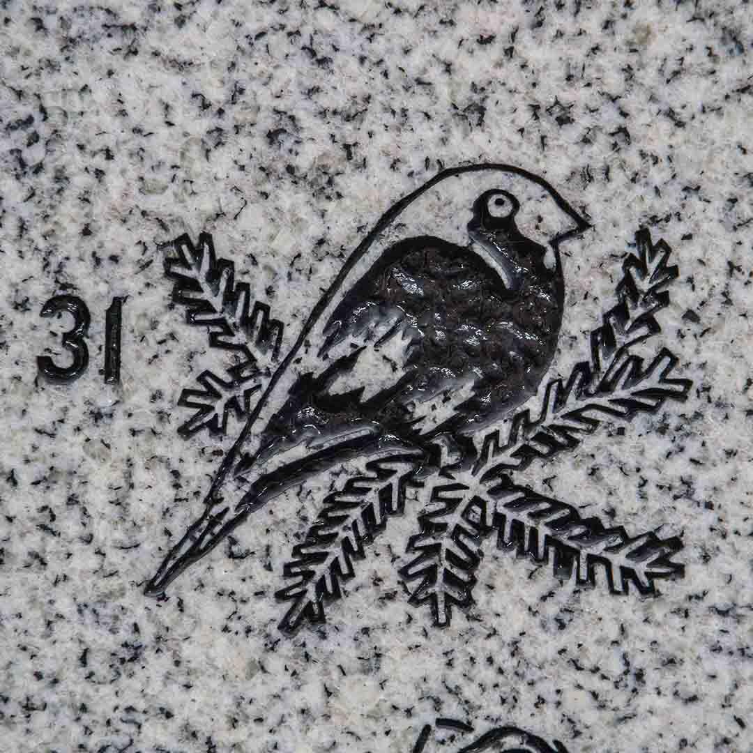 Spurv inngravert dekor gravstein