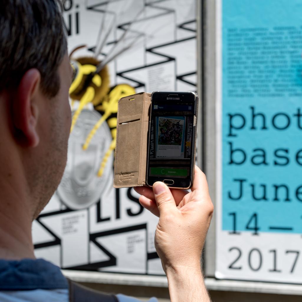 Der Beirat Claudio Miozzari am IAF Basel 2017 beim erkunden der Everyday Africa Ausstellung mit der Tagxy Augmented Reality App. Juni, 2017