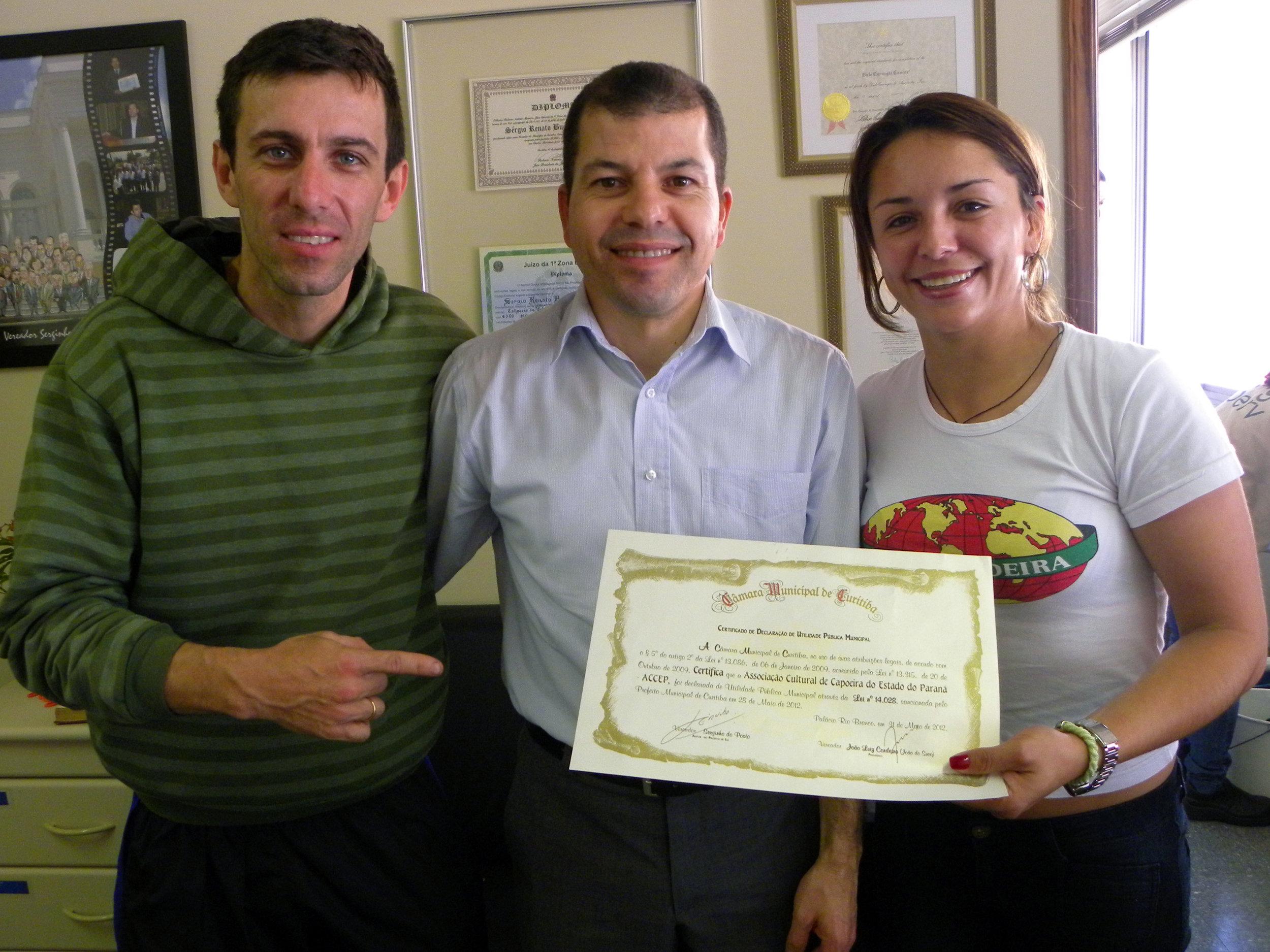 Entrega da Declara��o de Utilidade P�blica para a Associa��o Cultural de Capoeira do Estado do Paran� - Com Na foto Luiz Paulo, Serginho (do posto) e Jana�na