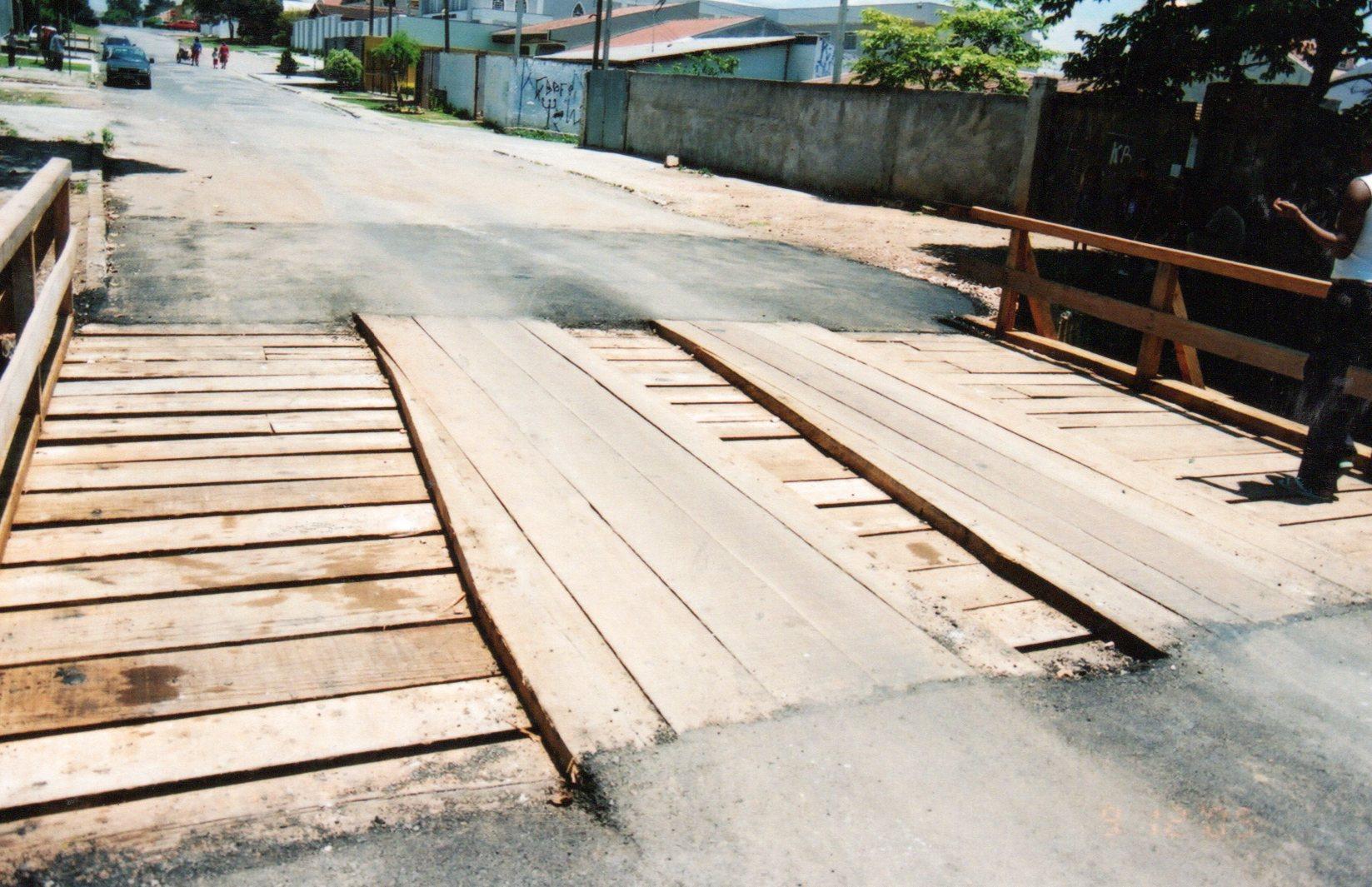 Reforma da ponte de madeira na Rua Aracaju
