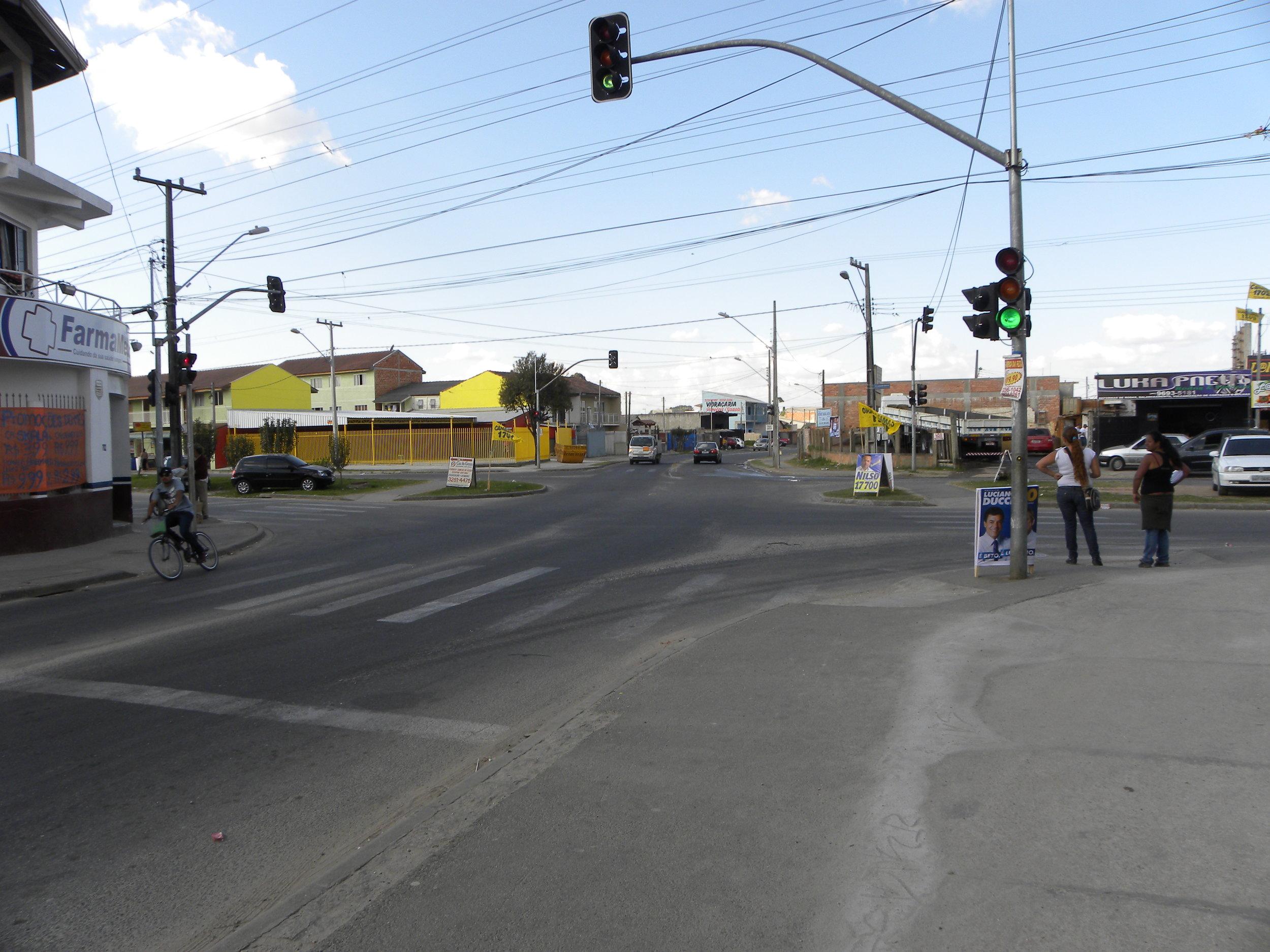 Semáforo no cruzamento da Rua Leonardo Novicki com a Rua Sebastião Marcos Luiz