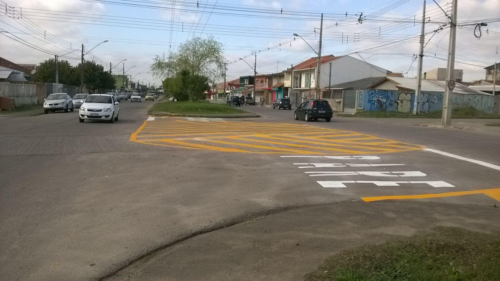 Sinalização de cruzamento na Rua Leonardo Novicki