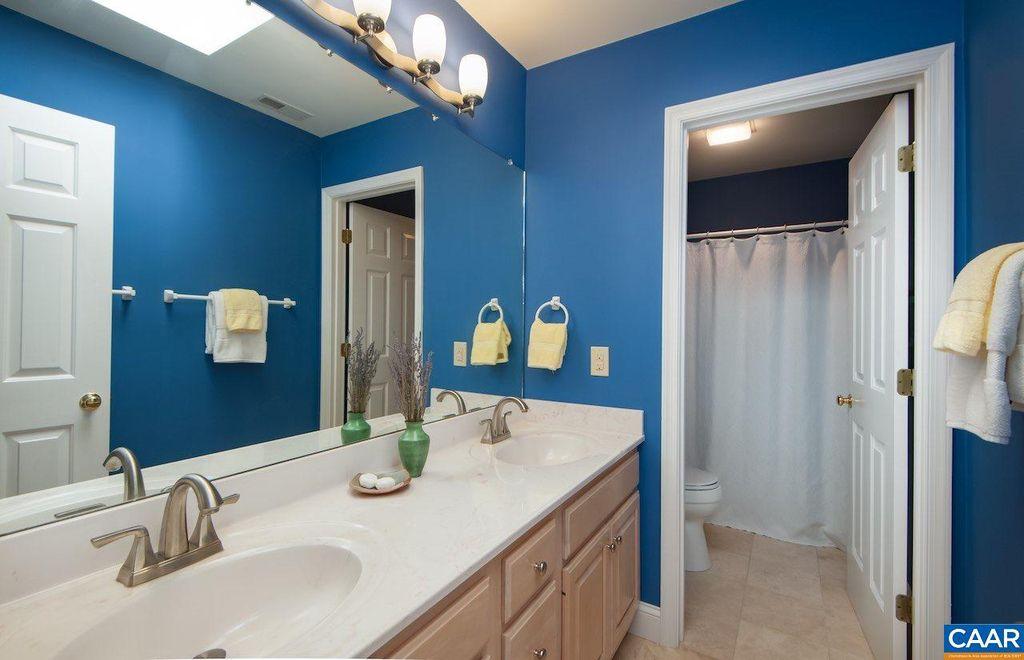 bath upstairs 3.jpg
