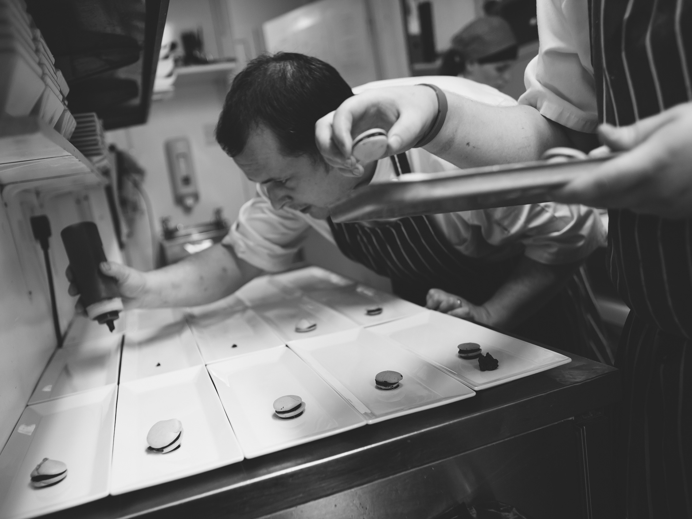 papamacs-restaurant-johnstone-chef-plating-up-food-preparation-1