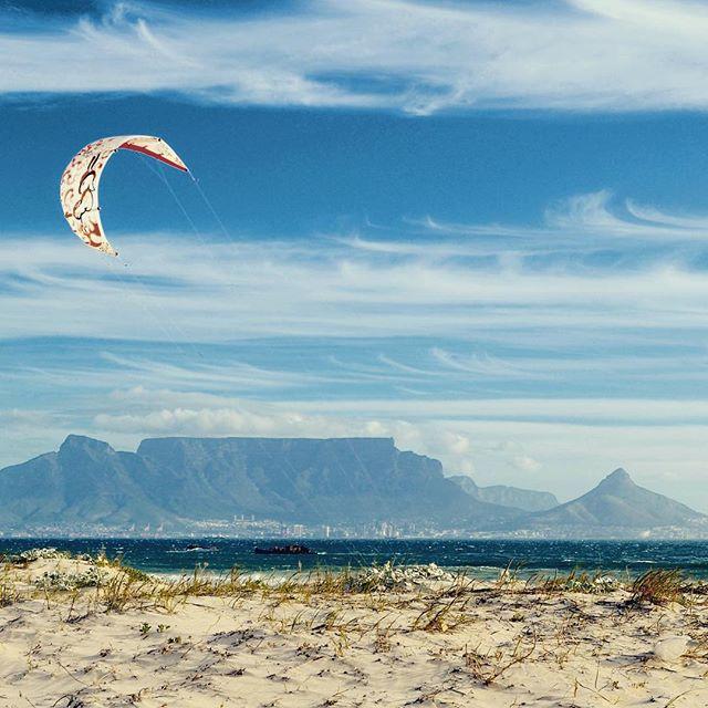 Cape Town kiting. 🌬 #capetown #southafrica #kitesurfing #surf #ocean #beach #travel #Africa #summer #fun #travelbloggers #travelgram #instatravel #tbloggers #travelblog #travelandlife #worldtravelpics #worldtravel #travelblog #wanderlust #worlderlust #travel #tablemountain #bigbay #thekiteshots @thekiteshots #kiteground @kiteground #letskitesurf @letskitesurf