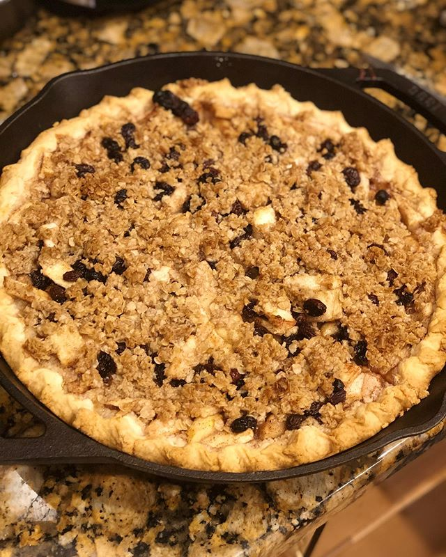 Cast Iron Baked Apple Pie with Streusel Topping #pie #apple
