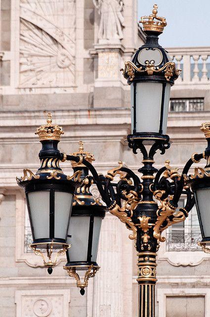 Farola entorno del palacio real flickr.jpg