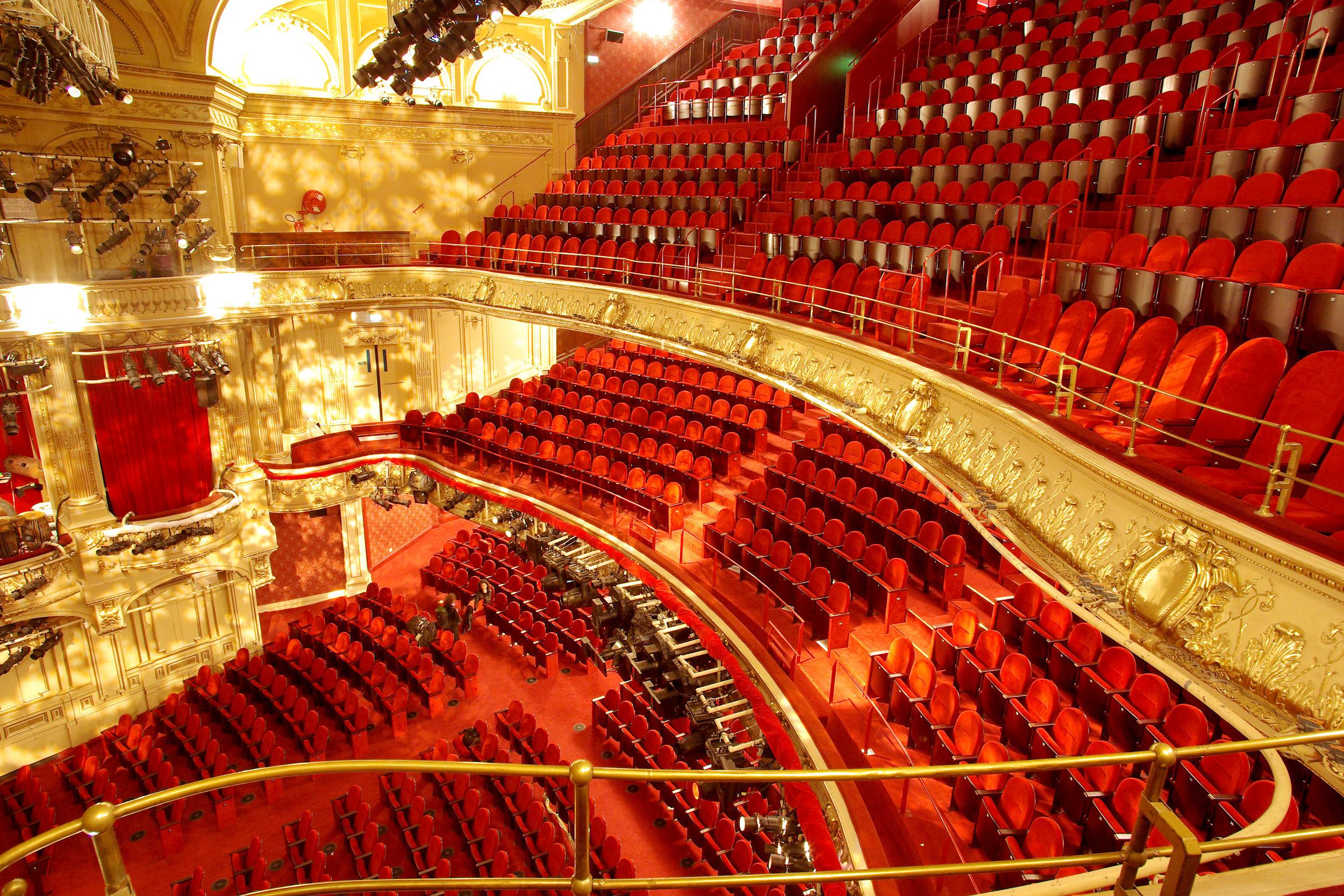 dinner-show-paris-theatre-mogador.jpg