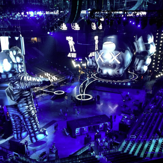 2013-mtv-video-music-awards-vma-60-foot-moonman-statue-kaws-02-570x570.jpeg