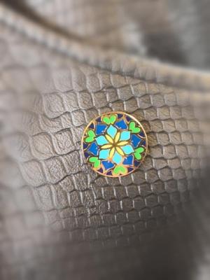 Alle privatpersoner som er drømmefangere motta en slik pin som du kan bære for å vise at du er en drømmefanger hos oss. Designet av Elisabeth Tungland