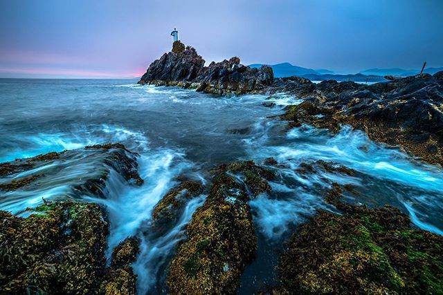 Waves rolling in at Cape Roger Curtis lighthouse on Bowen Island. Had a great weekend on the island although the second the sun dropped below the horizon I was devoured by mosquitoes 👌🏻 I'll take it as a compliment 😂 . . . #bowenisland #bowen #caperogercurtis #capetrail #bcparks #britishcolumbia #ourbc #beautifulbc #landscapesofcanada #explorebc #nikoncanada #3leggedthing #tamron #greatnorthcollective #sunset #hellobc #explorecanada #imagesofcanada #longexposure_shots #canadavacations #beautifuldestinations #worldtravelscapes #vancouversun #mixvancouver #vancitybuzz #bvsquad