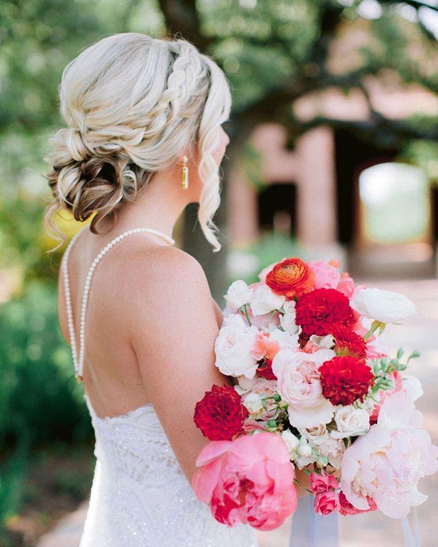 We are loving this bride's little details ♥️ • • Photography: @jonachristinaphoto  Venue: @camplucyoncreek  Florist: @theheirloomtable  LoLa Artist: @sloanenicolebeauty & @codiebeautyatx  #teamlola #lolabeautyatx #atx #atxwedding #austinwedding #mua #austinweddingmakeup #hair #austinweddinghair #love #beauty #bride #bridetribe #weddingideas #weddingplanning #hairstyles #makeupideas #bridalhair #bridalmakeup #gorgeous