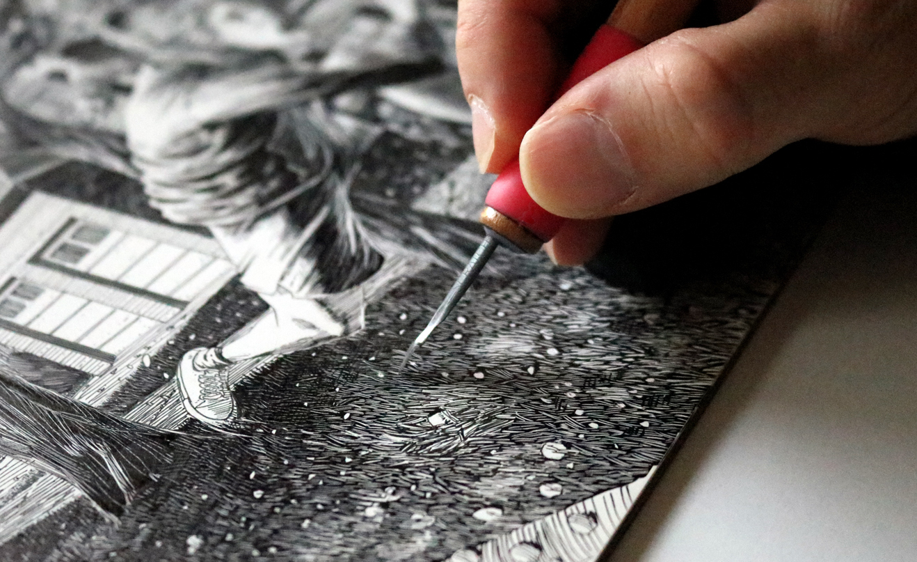Alejo Porras working on a scratchboard