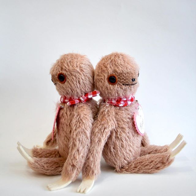 There will be two of the rose-brown Valentine edition sloths in the shop later today! They have little wool felt and hand painted paper Valentine's pinned to their chests ❤️