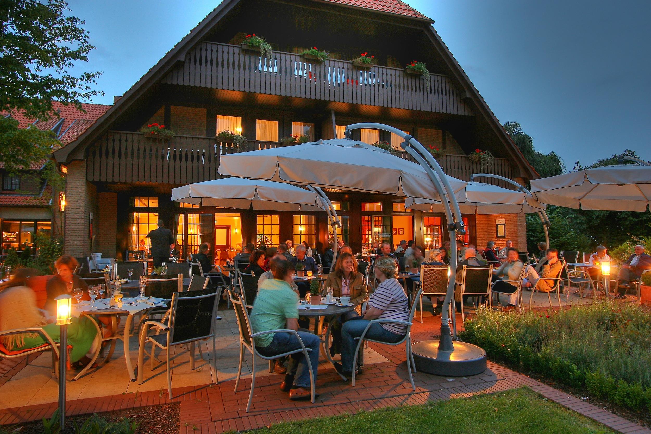 Hotel Bramsche Idingshof Abendszene_Terasse2.jpg