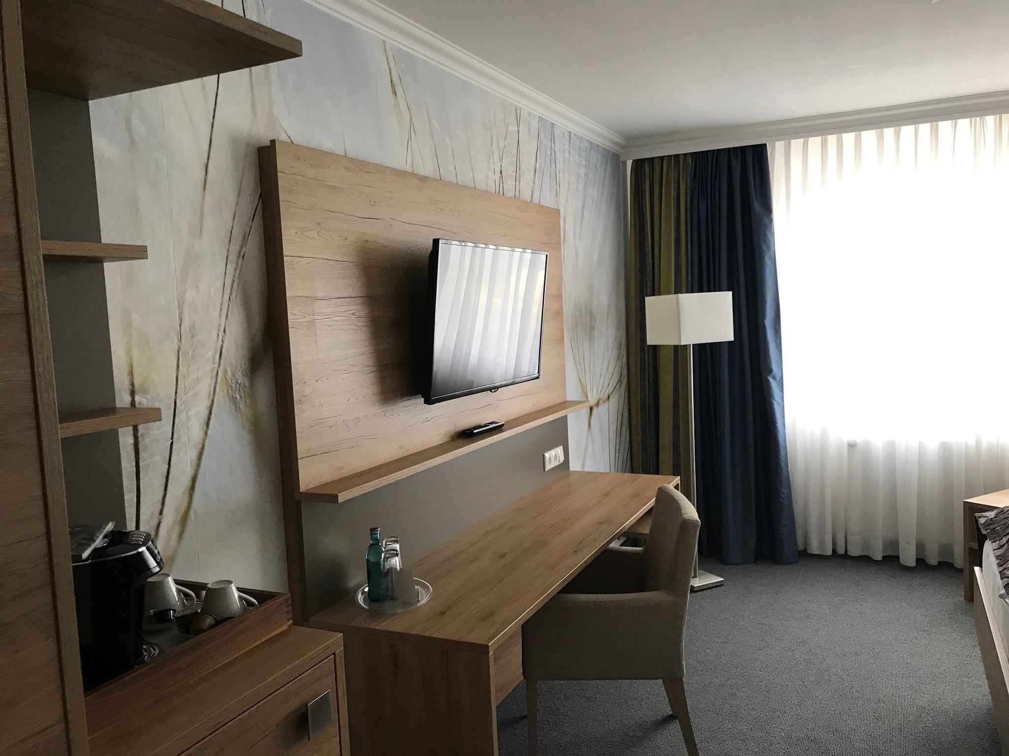 Blick vom Eingang: 2 Meter Schreibtisch & neuer großer Fernseher