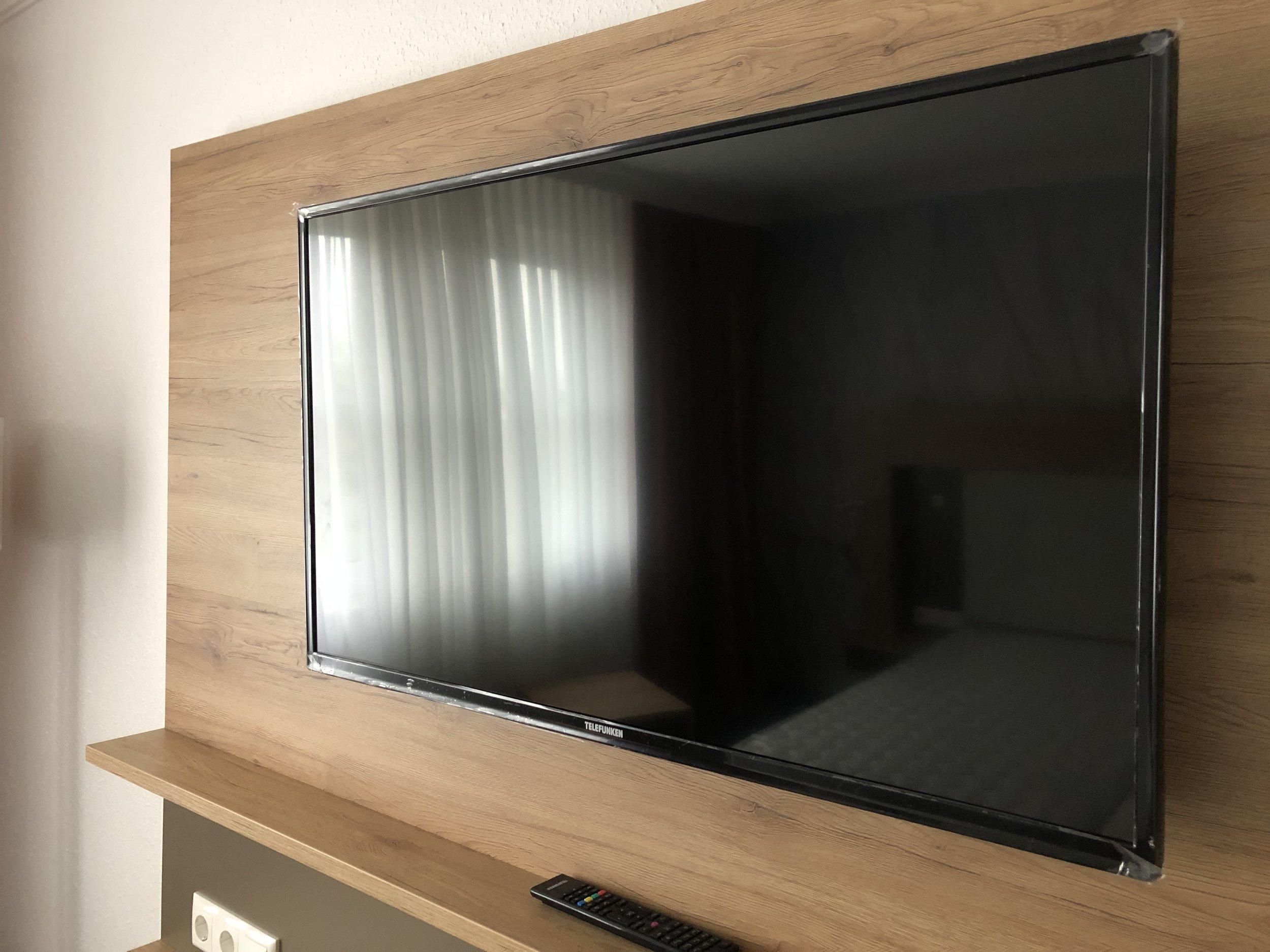 Großer neuer TV - Schutzfolie kommt noch ab