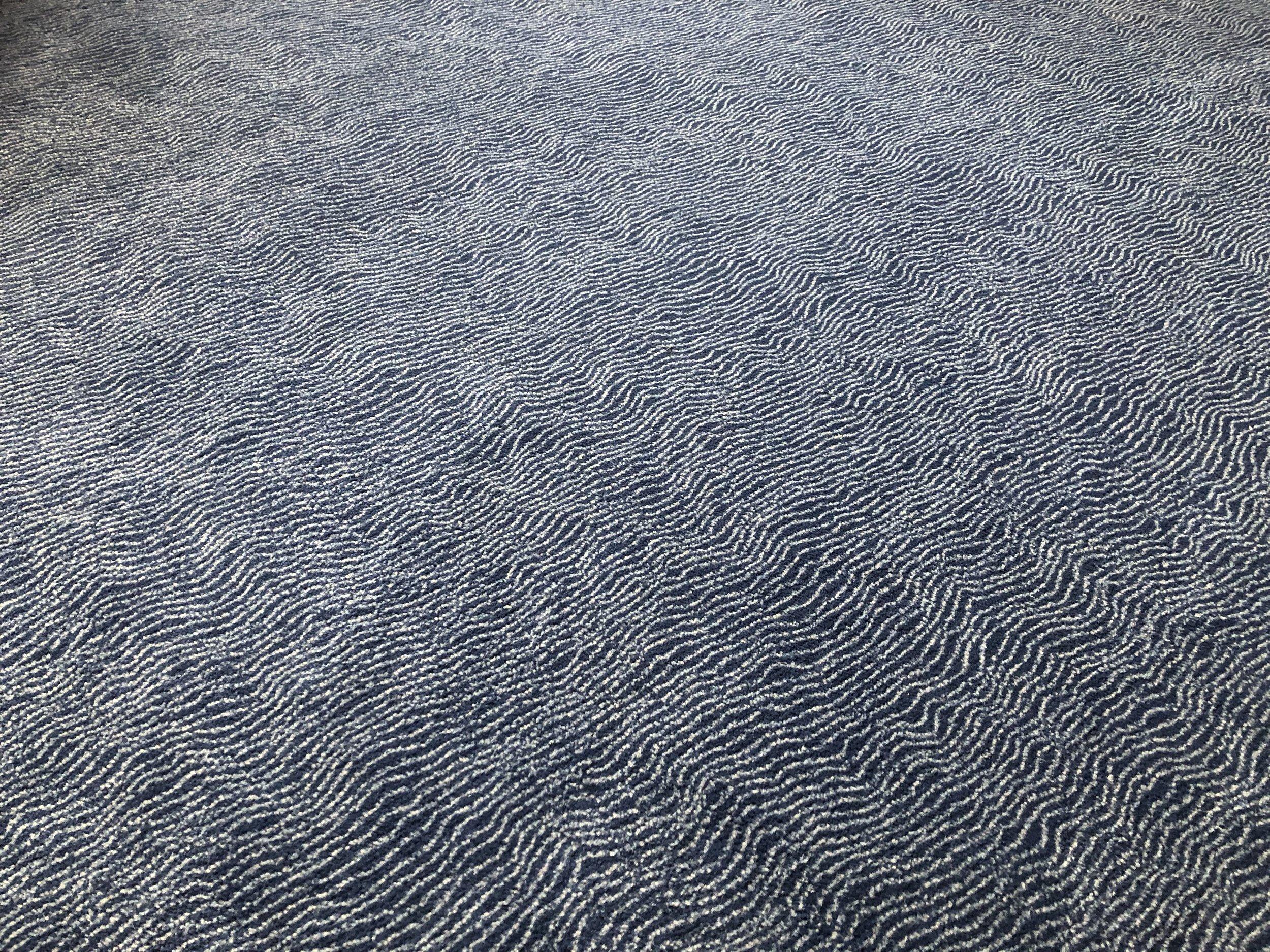Neuer Teppich mit zarten Wellenlinien