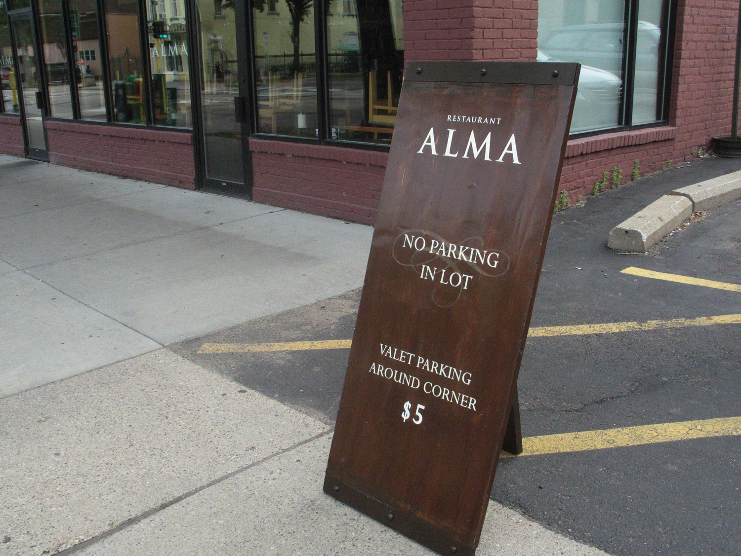 Restaurant-Alma-Sign-00.jpg