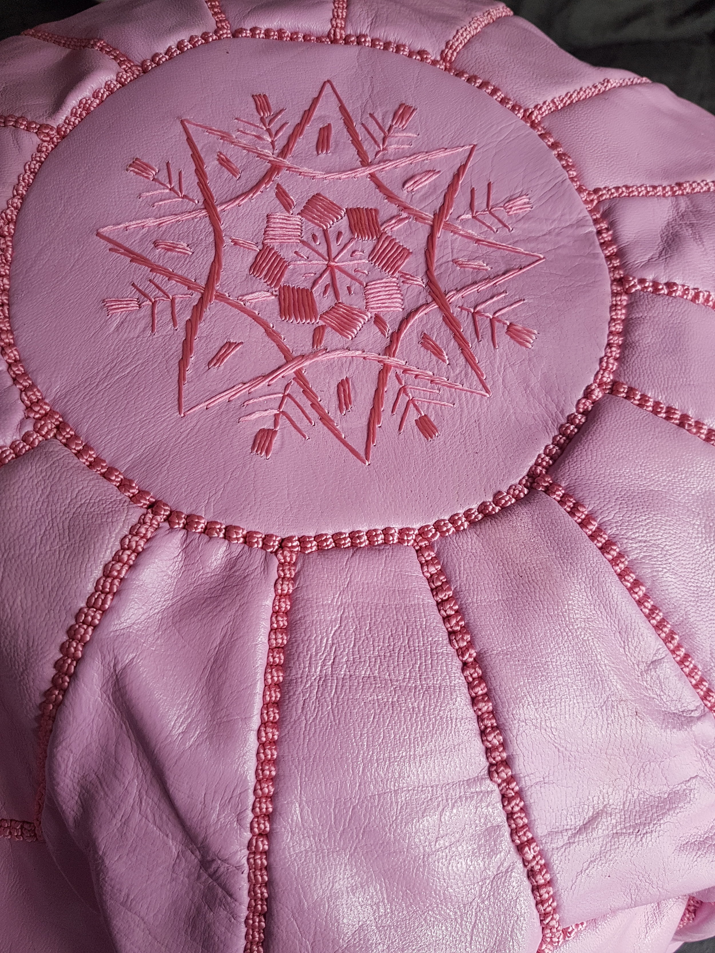 Mauve pink leather pouf