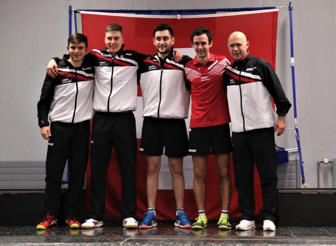 Die Schweizer Nationalmannschaft:Dorian Girod, Cédric Tschanz, Lars Posch, Lionel Weber und Trainer Samir Mulabdic (Foto: Jaques Troeder, Bericht: Swiss Table Tennis)