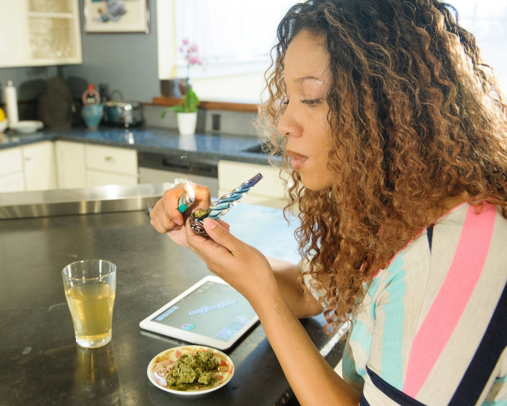 female-marijuana-pipe-game-tablet_5837.jpg