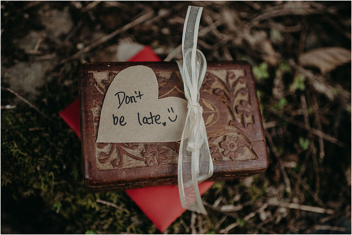dont be late written on wooden box
