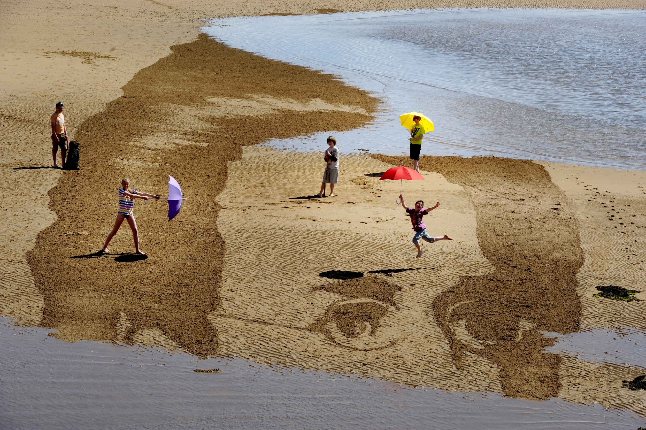 FREE PIC- Schubert Sand Drawing at East Neuk Fest 07.jpg