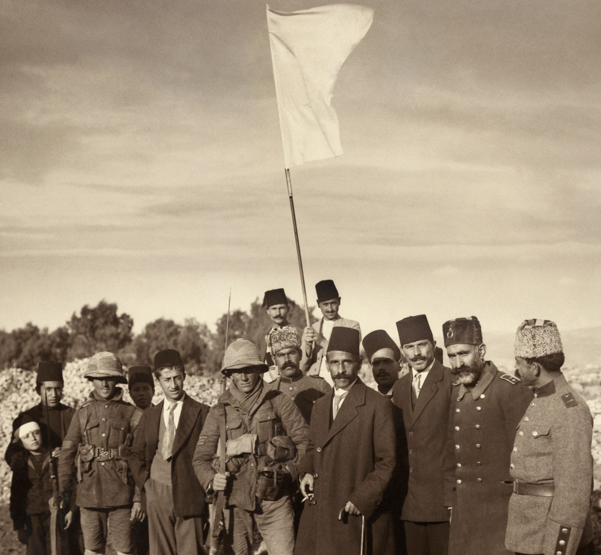 The Mayor of Jerusalem Hussein Effendi el Husseini [al-Husseini] (Ottoman), meeting with Sergts. Sedgwick and Hurcomb of the 2/19th Battalion, London Regiment, under the white flag of surrender, Dec. 9th [1917] at 8 a.m., 1917. (from Wikimedia Commons)