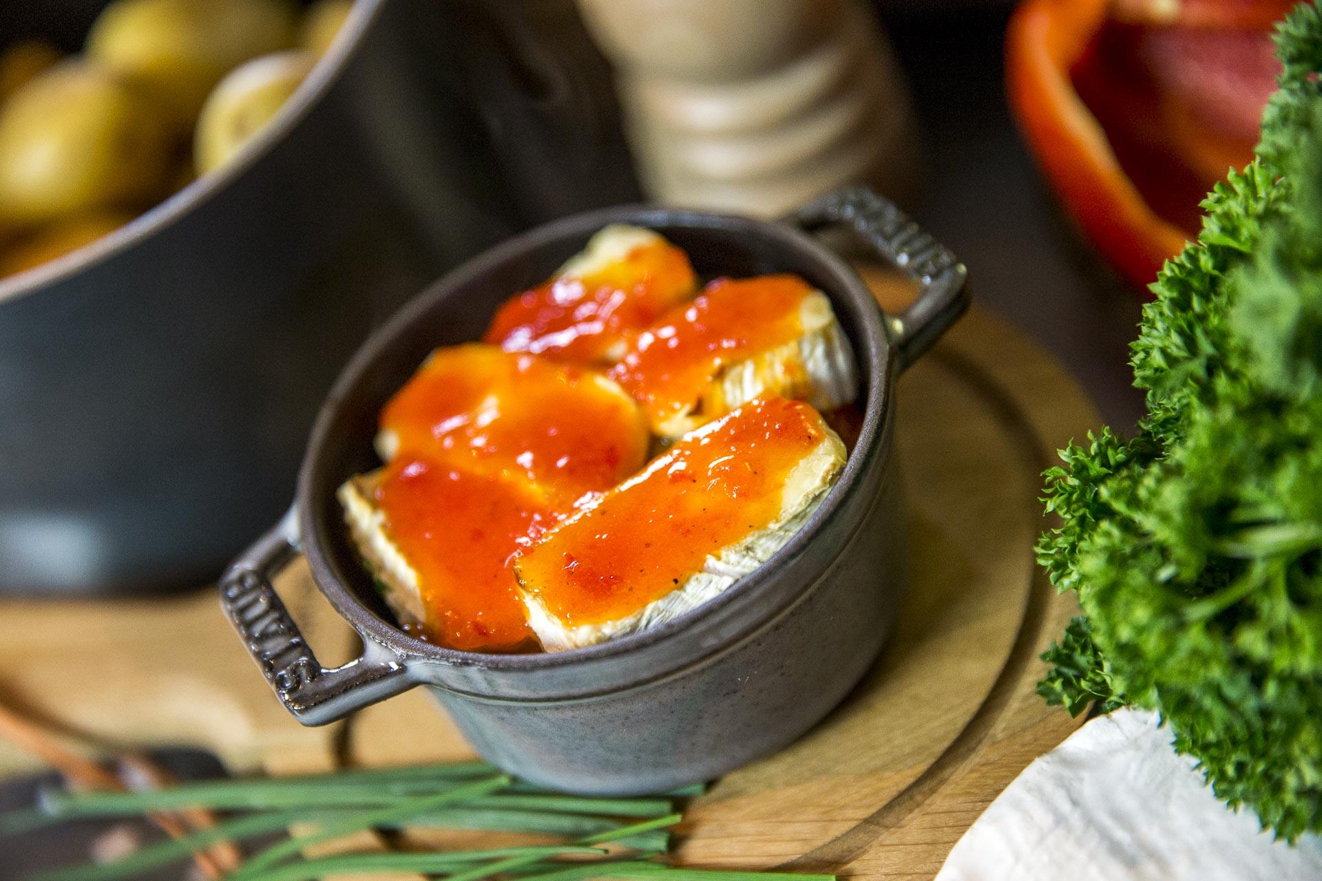 Pommes de terre grenaille au Camembert et jus de poivron confit