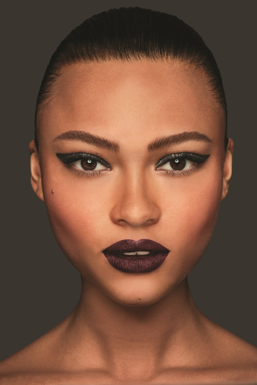 Everything is right about this look! Dark lips rule!
