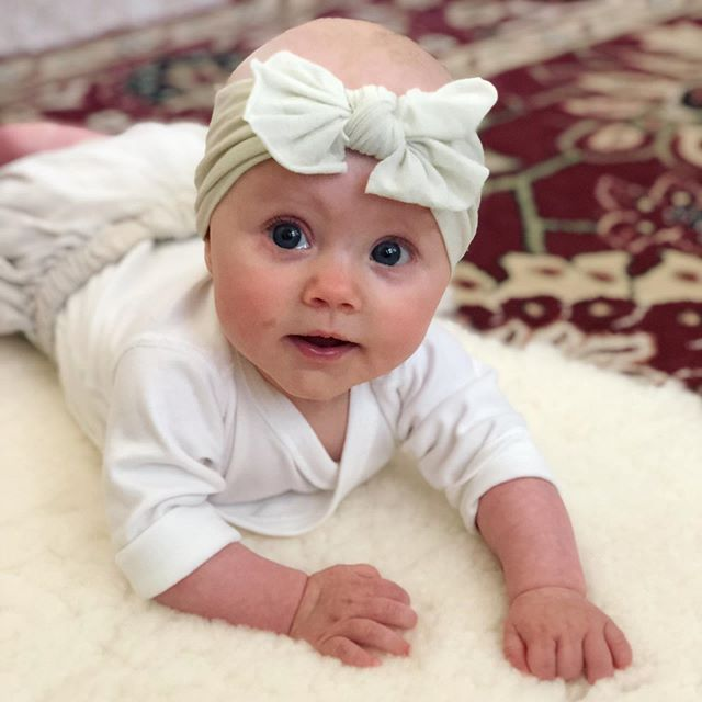 Who wears the hell out of a bow and turns 5 months old today?? 👆This girl 👆