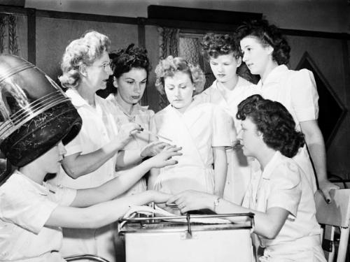 Ex-servicewomen_learning_manicure_techniques.jpg