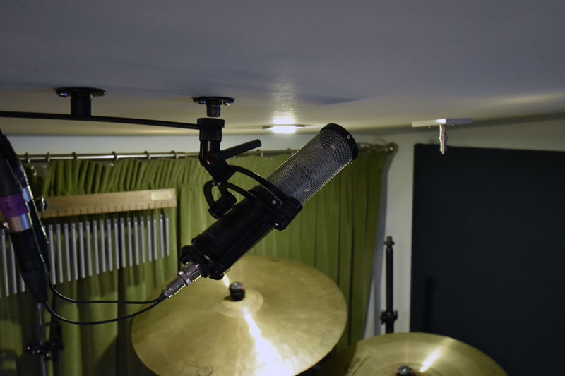 Sontronics Apollo 2 Stereo Ribbon Mic From The Side Facing The Drums