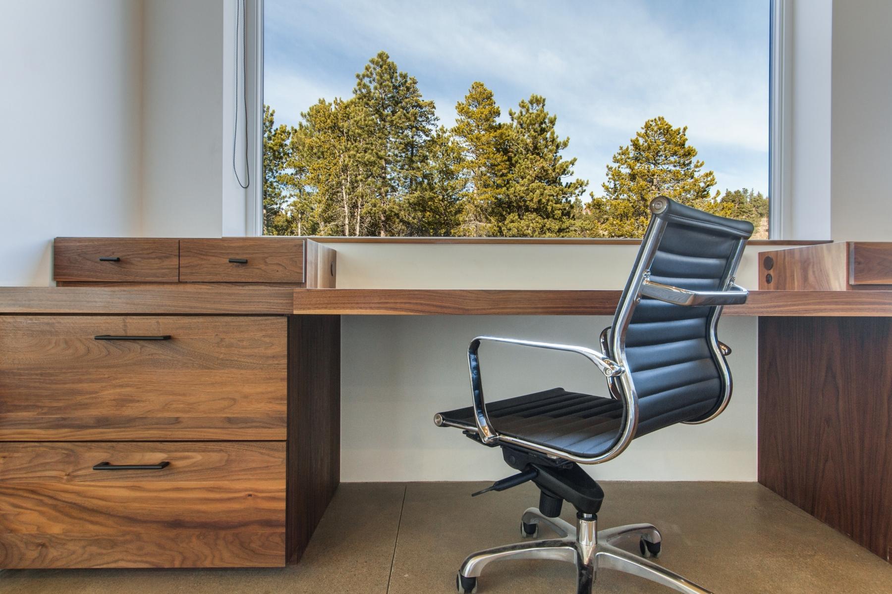 Desk-Detail_1800x1200_2882462.jpg